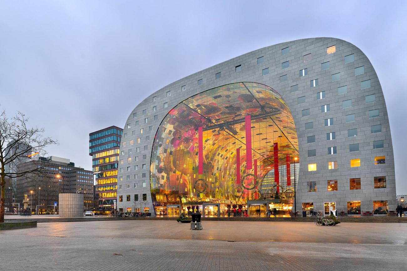 Detrás de la estación de tren Rotterdam Blaak se levanta este...