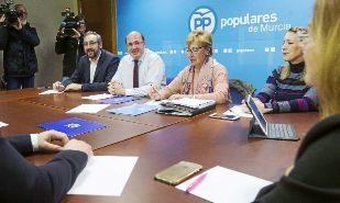 La nueva dirección del PP de Murcia, con el presidente autonómico,...