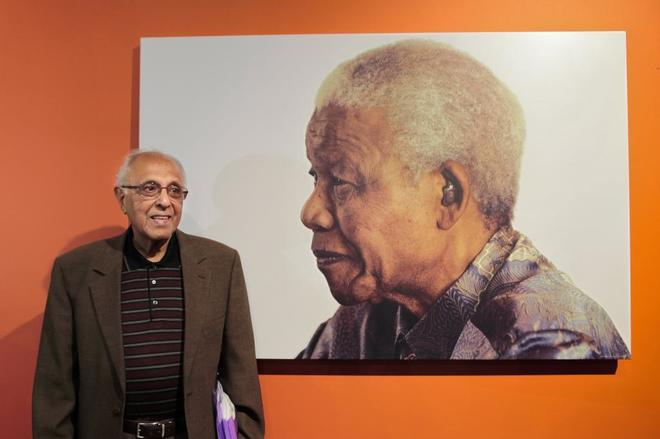 Ahmed Kathrada, junto a una imagen de Nelson Mandela.