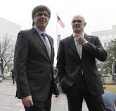 El presidente de la Generalitat, Carles Puigdemont, junto al consejero...