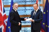 Tim Barrow (d) entrega a Donald Tusk, presidente del Consejo Europeo,...