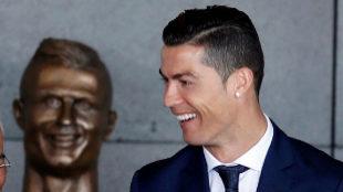 Cristiano, feliz con su aeropuerto y su busto, pese a los críticos
