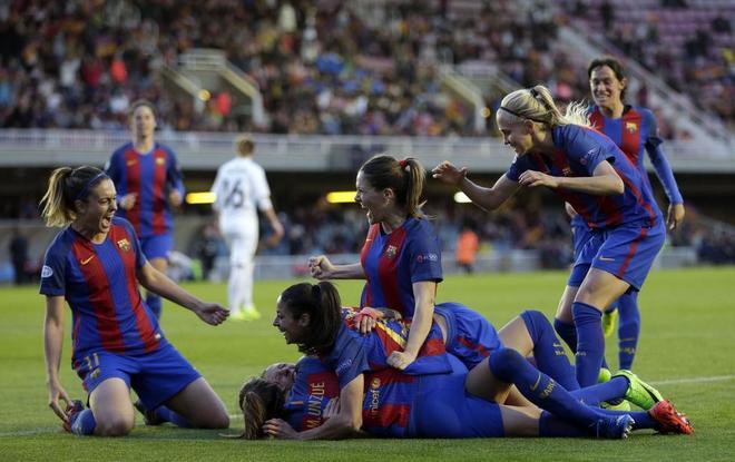 Las jugadoras del Barcelona celebran el gol marcado por Jennifer Hermoso  ante el Rosengard. EFE 32b4b7f322b