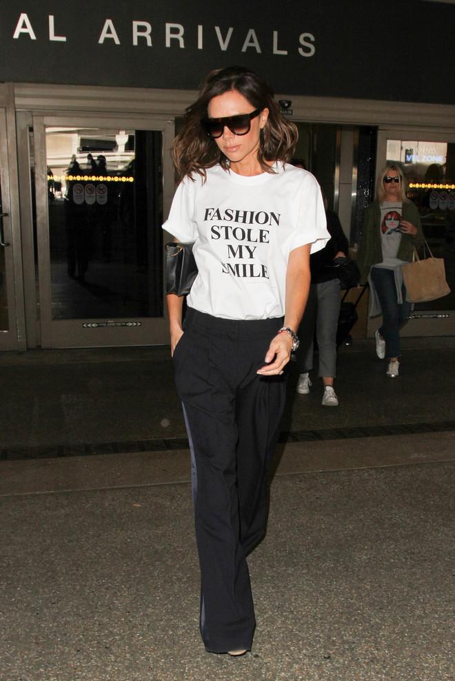 Victoria Beckham con la camiseta que ha diseñado.