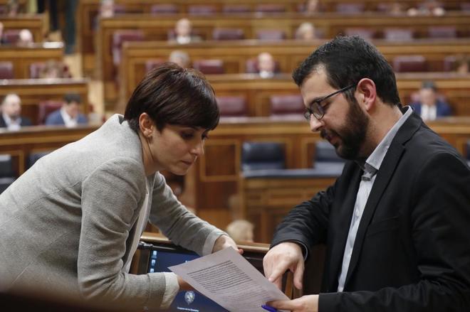 La socialista Isabel Rodríguez, con el diputado de Compromís Ignasi...