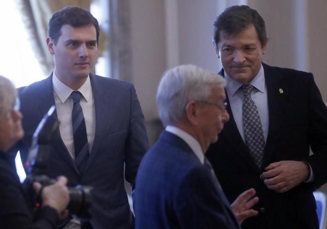 Albert Rivera y Javier Fernández, el pasado febrero en un acto con el presidente de Mensajeros de la Paz, el padre Ángel.