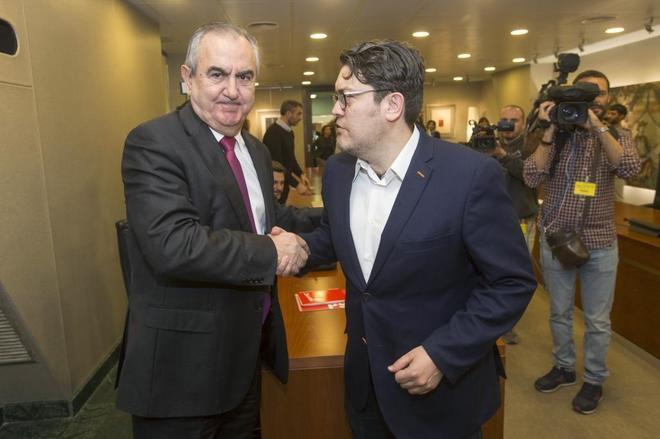 Rafael González Tovar (izqda.), del PSOE, y Miguel Sánchez, de...