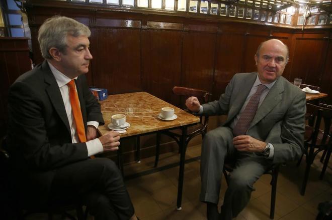 El ministro de Economía, Luis de Guindos, y el responsable económico...