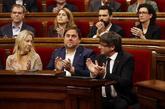 Carles Puigdemont y Oriol Junqueras, entre otros, aplauden tras la...