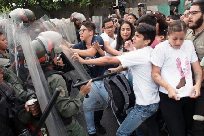 Activistas de la oposición se enfrentan a la Guardia Nacional.