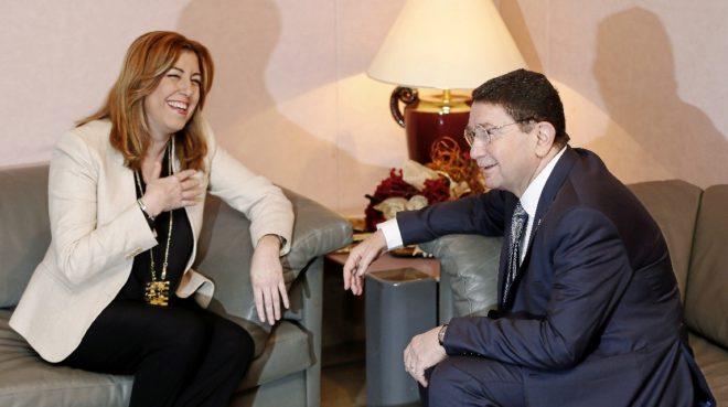 Susana Díaz conversa ayer con el secretario general de la...