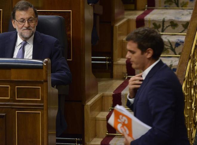 Albert Rivera pasa frente a Mariano Rajoy en el Congreso de los...