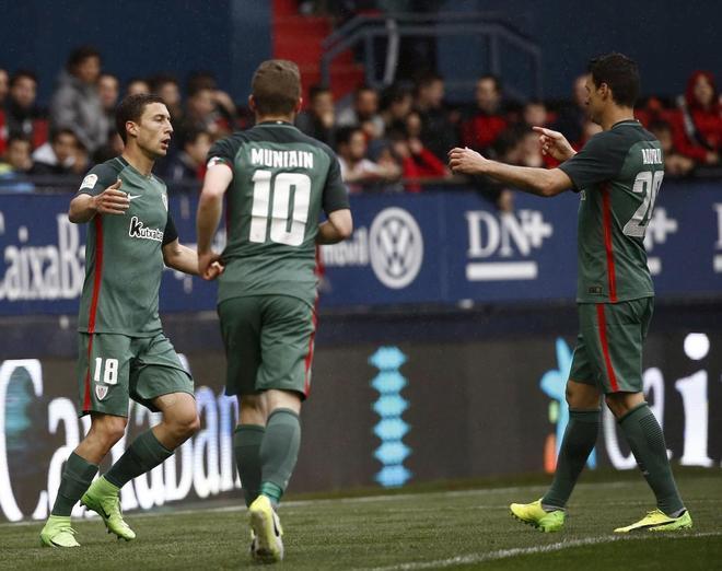 Aduriz (d), De Marcos (izda) y Muniain celebran el primer gol del Athletic en Pamplona.