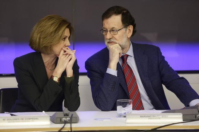 María Dolores de Cospedal y Mariano Rajoy, hoy en la reunión del...