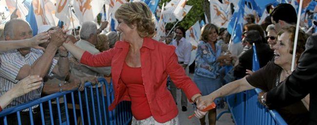 Esperanza Aguirre saluda a simpatizantes durante un acto del PP en la...