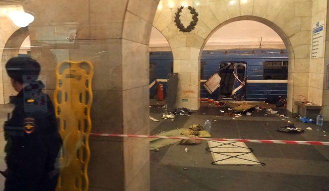 El tren dañado en la estación de metro de San Petersburgo.