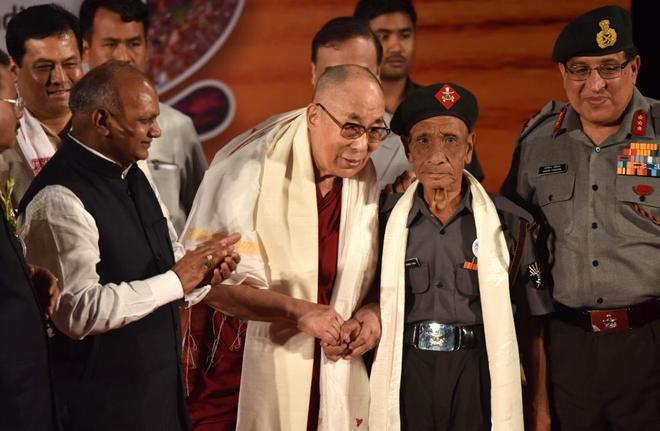 El dalai lama recibido emotivamente por los Assam Rifles, grupo paramilitar más antiguo de la India.