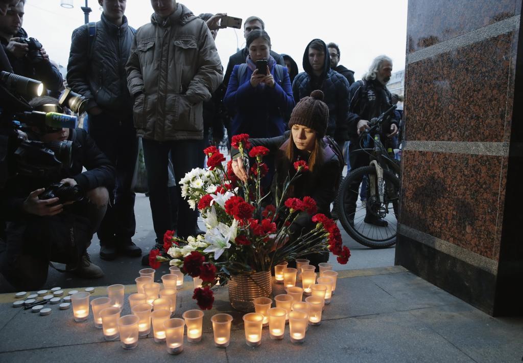 Flores y velas por las víctimas del atentado del metro de San Petersburgo.