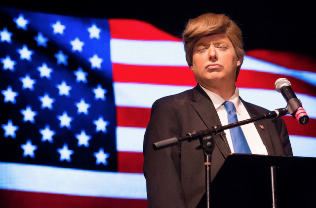 Anthony Atamanuik, imitando a Donald Trump.