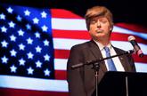 Anthony Atamanuik, imitando a Donald Trump.