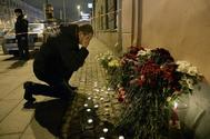 Un hombre llora en las cercanías de una de las estaciones de metro atacadas en San Petesburgo.