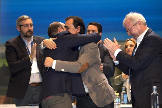 Fernando Martínez-Maíllo y Pedro Antonio Sánchez se abrazan en el...