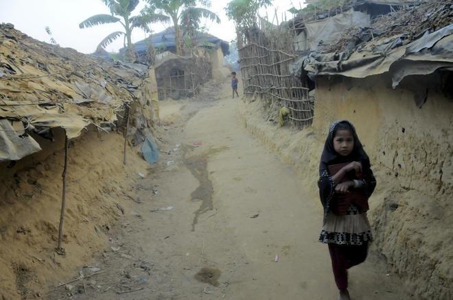 Una niña rohingya camina en un campo de refugiados en Bangladesh.