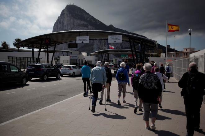 Un grupo de turistas acceden al Peñón de Gibraltar.