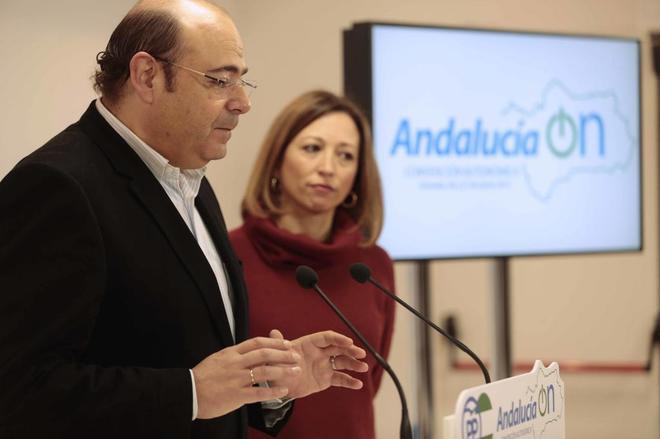 El actual presidente del PP de Granada, Sebastián Pérez, junto a Patricia Navarro.