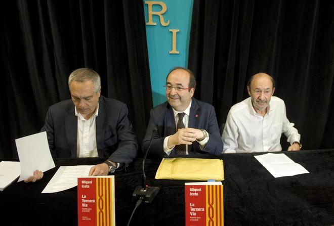 Pere Navarro y Alfredo Pérez Rubalcaba flanquean a Miquel Iceta, durante la presentación de su libro.