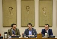 El 'número dos' de la Gestora, Mario Jiménez, ayer, en la reunión del Grupo Socialista entre Antonio Hernando y Miguel Ángel Heredia.