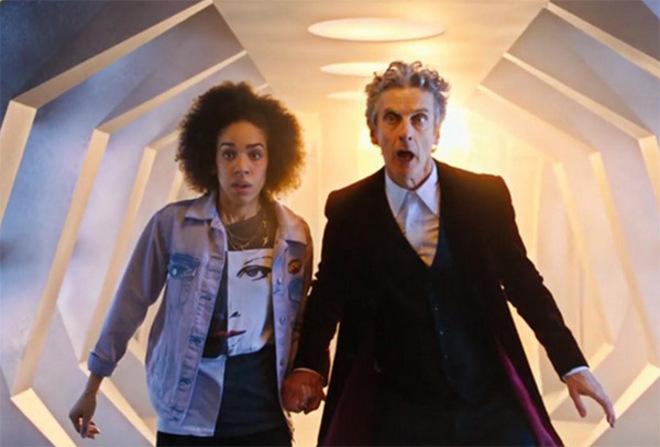 Pearl Mackie, con Peter Capaldi, en 'Doctor Who'.