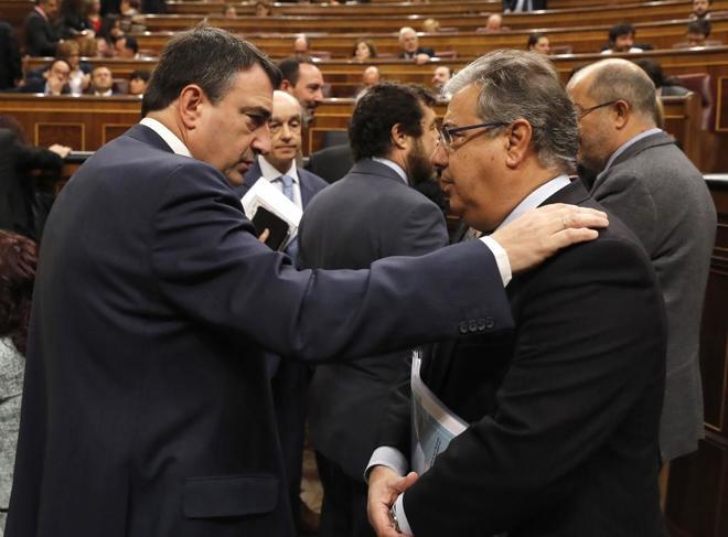 El portavoz del PNV, Aitor Esteban, conversa con el ministro del...
