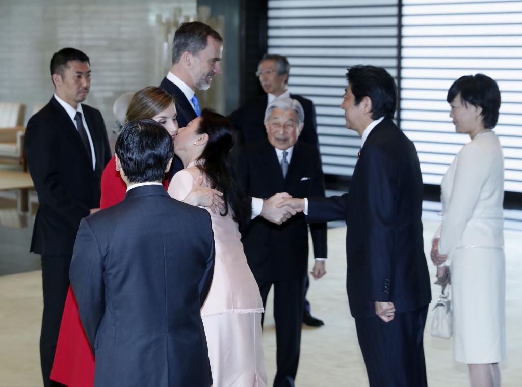La Reina Letizia saluda a la Princesa Masako en el Palacio Imperial...