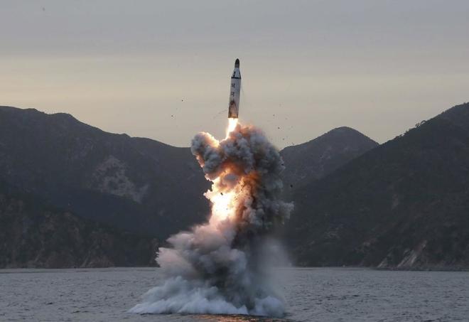 Prueba de lanzamiento de un misil balístico submarino en Corea del Norte.