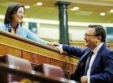 Margarita Robles y Miguel Ángel Heredia se saludan en el Hemiciclo.