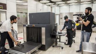 Un cámara de 'Control de fronteras: España' graba a un pasajero en...