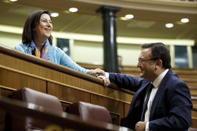 Margarita Robles y Miguel Ángel Heredia, en el Congreso este miércoles.