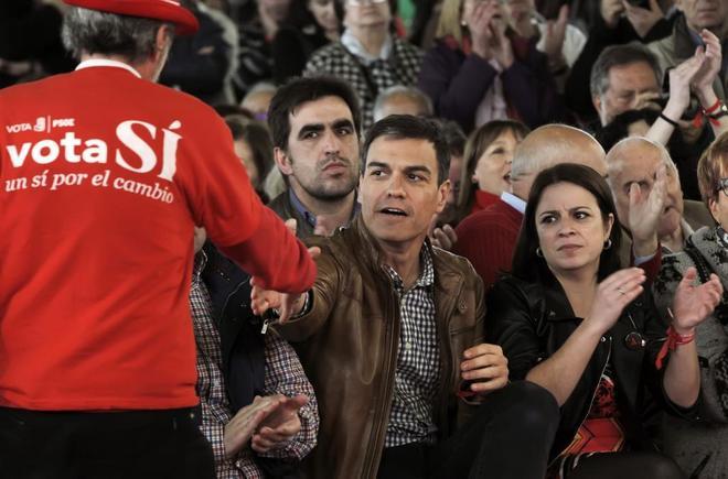Adriana Lastra aplaude junto a Pedro Sánchez en un reciente acto del PSOE en Gijón.