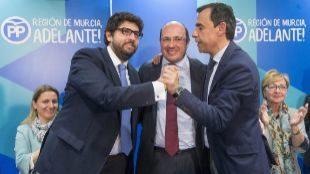 Pedro Antonio Sánchez, rodeado este martes por su sucesor en la...