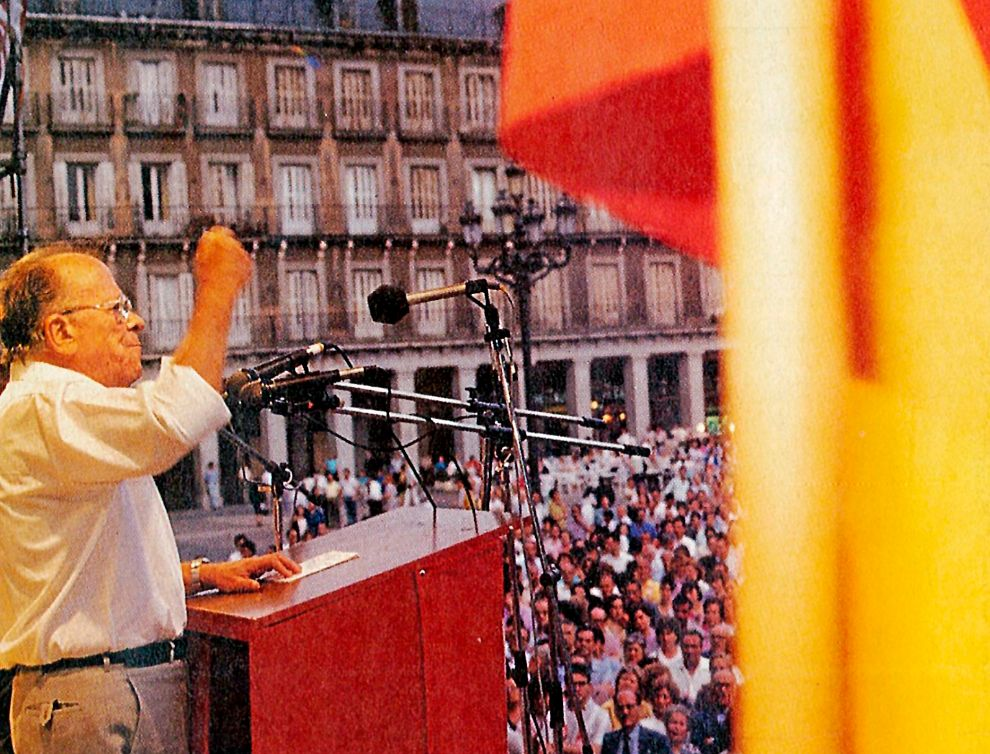 LAS CESIONES. Carrillo aparece dando un mitin junto a la bandera de...