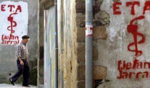 Imagen de archivo de 2005 con dos graffitis con el logo de ETA en la...