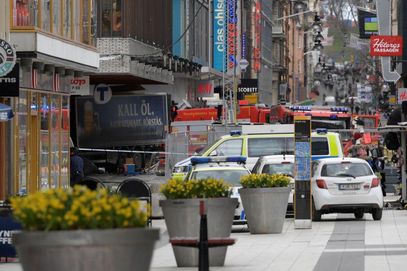 El vehículo ha irrumpido al centro de la ciudad atropellando a...
