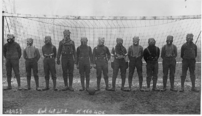 Equipo de fútbol británico, ataviado con máscaras antigas en plena Gran Guerra en Francia.