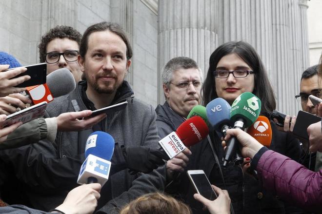 Pablo Iglesias junto a la tuitera Cassandra.