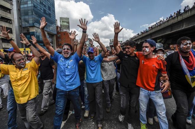 Diputados y líderes opositores, como Henrique Capriles, se manifiestan en Caracas.