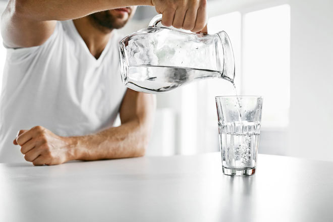 Se debe consumir de ocho o nueve vasos de agua diarios, la misma...