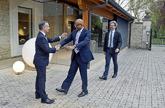Íñigo Urkullu saluda al jefe de los verificadores internacionales,...