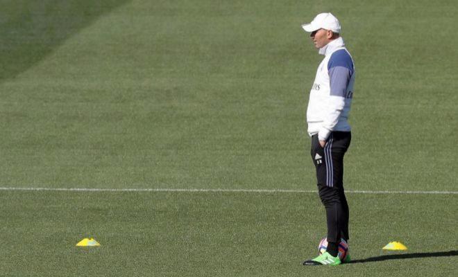 Zidane, durante el entrenamiento del viernes en Valdebebas.