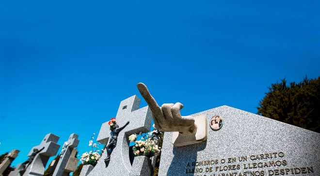 Cementerio municipal de Ávila, donde hay un epitafio en una lápida...